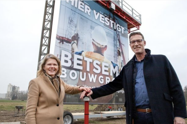 Jaap Betsema (rechts) en wethouder Janneke Sparreboom verrichten de starthandeling van de bouw van het hoofdkantoor van de Betsema Groep.