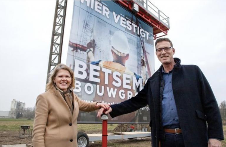 Jaap Betsema (rechts) en wethouder Janneke Sparreboom verrichten de starthandeling van de bouw van het hoofdkantoor van de Betsema Groep.